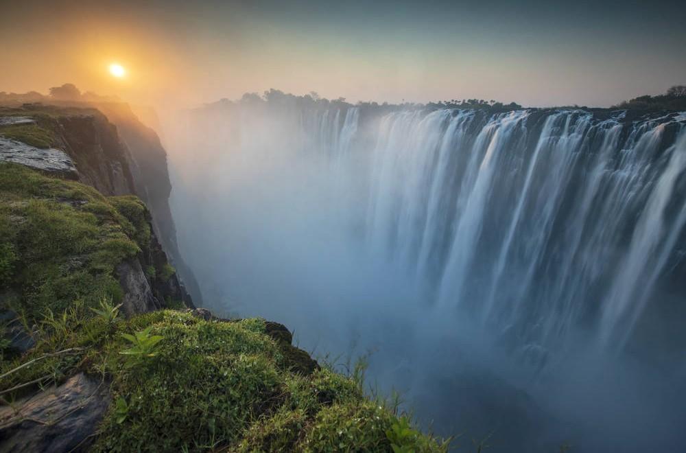 Les Chutes Victoria sont les plus grandes chutes d'eau d'Afrique, elle se situent sur le fleuve ZambËze entre le Zimbabwe et la Zambie, elles mesurent 1700m de long et jusqu'‡ plus de 100m de haut. Le dÈbit est de 550000m cube d'eau ‡ la minute.